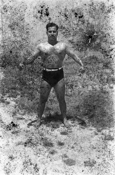 "Akram Zaatari, ""Twenty-Eight Nights and a Poem: Bodybuilder (5)"", 1948 / 2011; praca wykonana z 35 mm negatywu z archi"