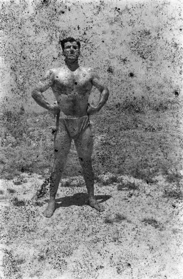 "Akram Zaatari, ""Twenty-Eight Nights and a Poem: Bodybuilder (6)"", 1948 / 2011; praca wykonana z 35 mm negatywu z archi"